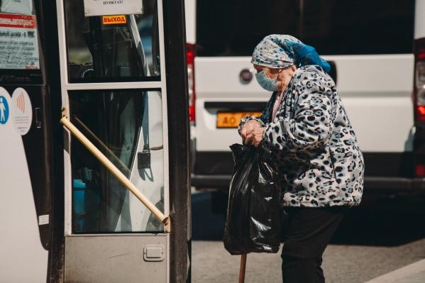 Пожилые люди должны сидеть дома, но многие давно не соблюдают этого правила