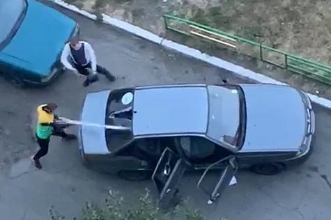 На Северо-Западе Челябинска хулиганы разнесли дубинками машину на глазах жителей многоэтажки