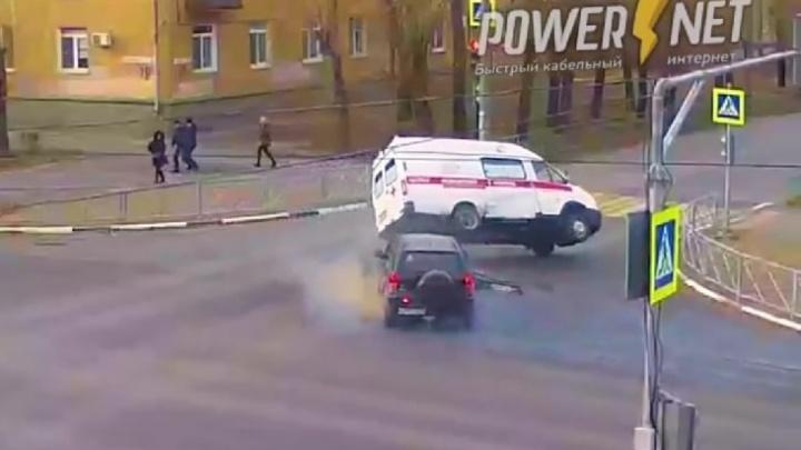 В Волжском протаранили машину скорой помощи с беременной пациенткой — видео