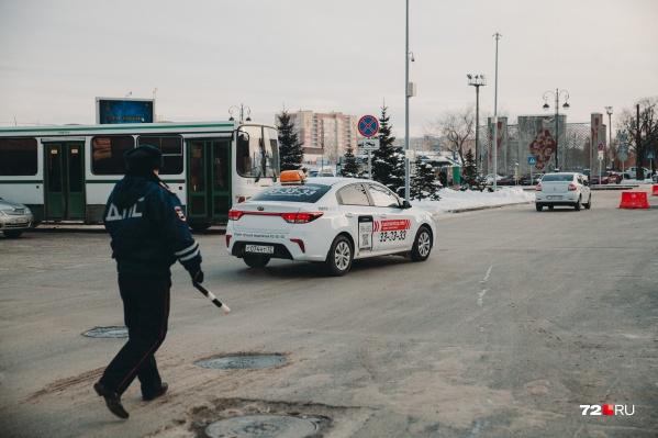 Роспотребнадзор обещал следить за таксистами, потому что они плохо носят маски. Как минимум одного уже наказали<br>