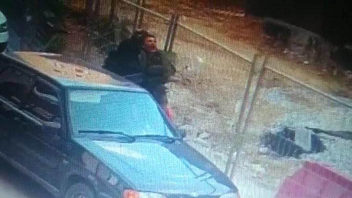 В центре Екатеринбурга люди в масках похитили мужчину: видео с камер наблюдения