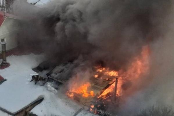 Пожар тушили 20 человек