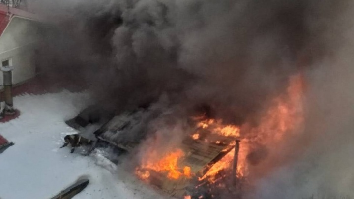 На Северо-Западе Челябинска в жилом секторе вспыхнул крупный пожар