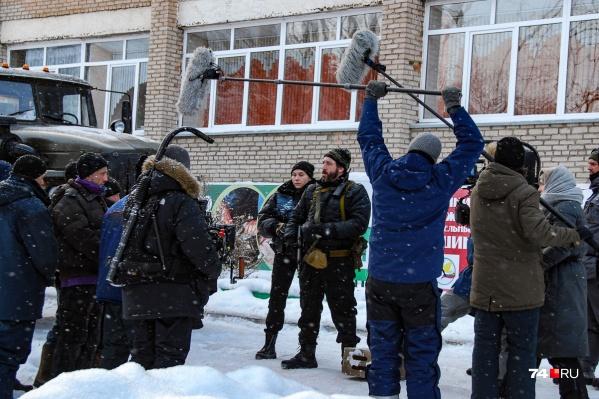 Бородатый Артур Смольянинов во время съемок одной из сцен около златоустовского техникума