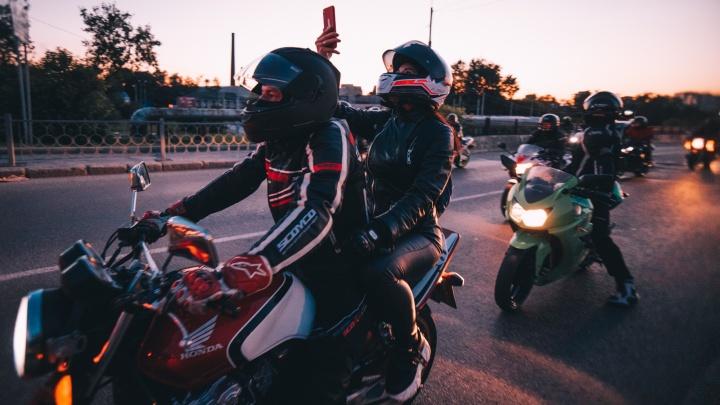 Во всех Instagram Екатеринбурга: толпа байкеров устроила эффектный проезд по центру города