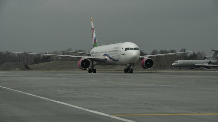 В Кольцово сел самолет, который доставил гуманитарный груз для борьбы с коронавирусом