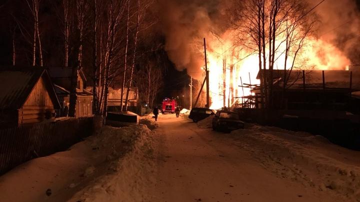 Возле озера Бутыгино в Архангельске ночью горел частный дом — видео