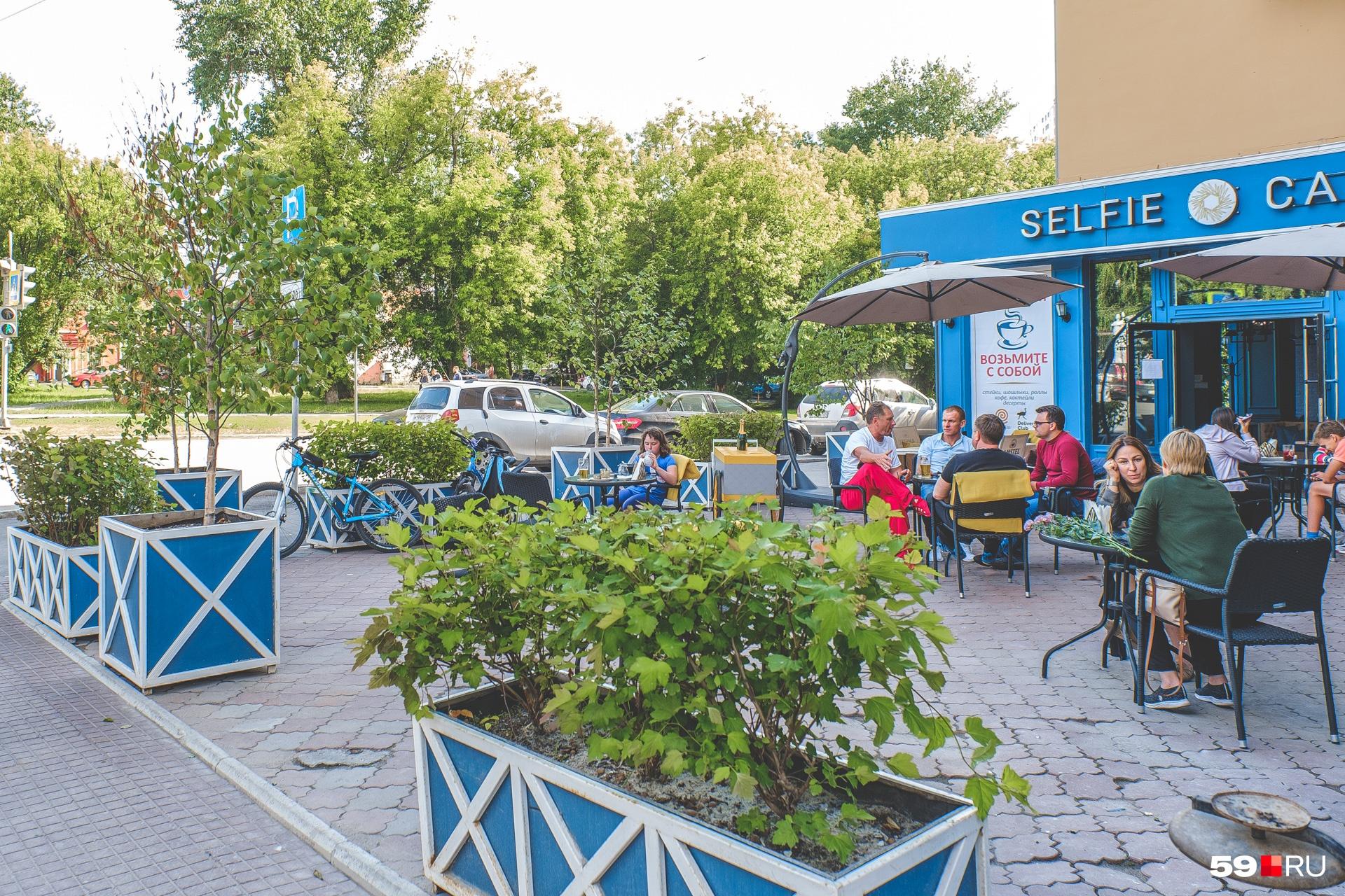 Летник Selfi Cafe на перекрестке Компроса и Краснова вмещает пять столиков