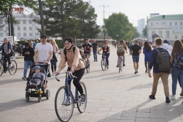 В выходные горожане гуляли по центру Екатеринбурга без масок и без соблюдения дистанции