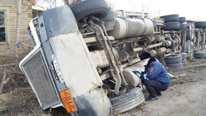 На свердловской трассе опрокинулась автоцистерна, которая перевозила 19 тонн сжиженного газа