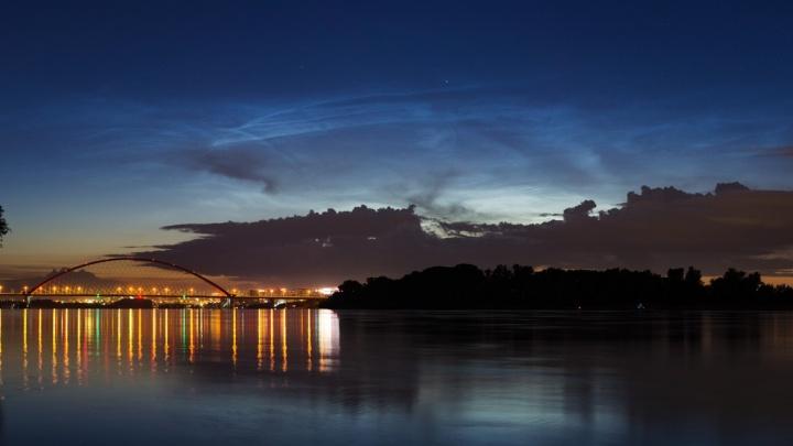 В небе над Новосибирском появились серебристые облака — ночью они выглядят очень красиво