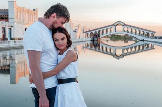 Оксана особо не афиширует свою личную жизнь, однако часть проектов реализуется на семейные деньги