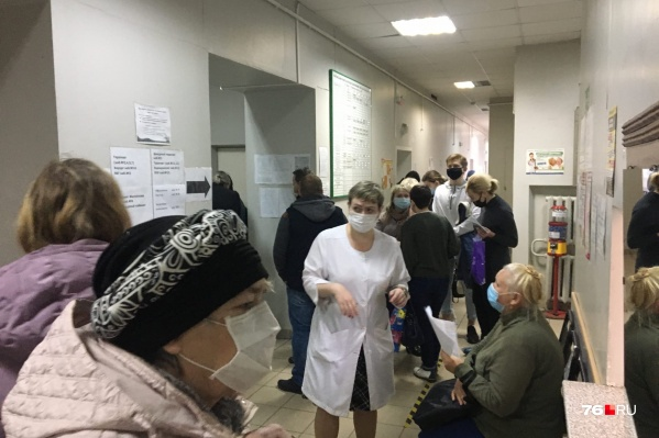 Без масок вход в поликлиники запрещён