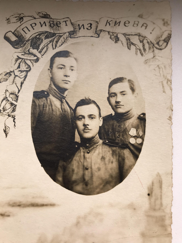 Вряд ли во время той бомбежки Синельников мог предположить, что через четыре года, в 1947-м, будет отправлять родным такие фотокарточки из Киева