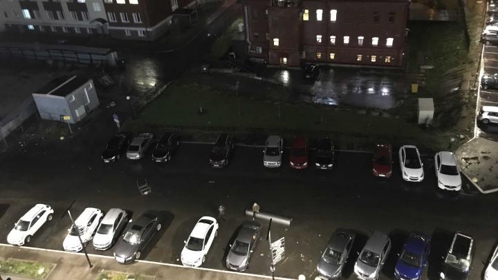 На стройке упал забор, завизжал балкон: следим за штормом в Архангельске в режиме онлайн