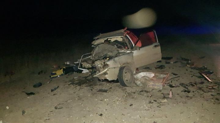 Раскидало по дороге: на трассе в Самарской области лоб в лоб столкнулись две Lada