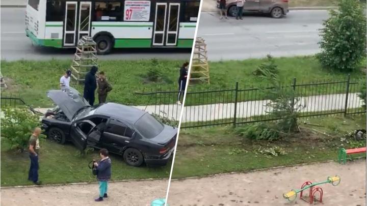 Пьяный водитель пробил железный забор и влетел на детскую площадку на Родниках