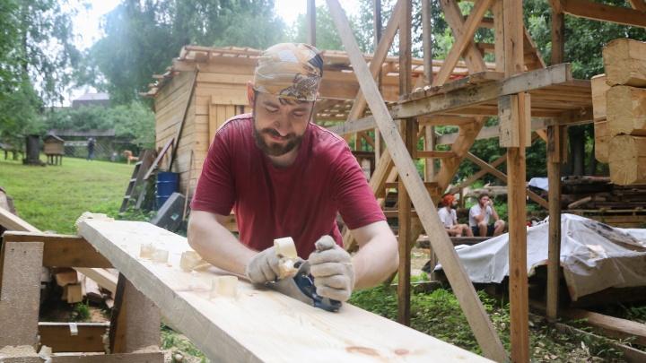 Реставрация на Щелоковском хуторе: подрядчики собирают мельницу и роют котлован для дома Павловой