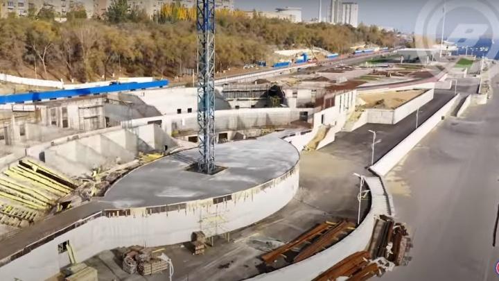 В будущем амфитеатре на набережной Волгограда появилась сцена