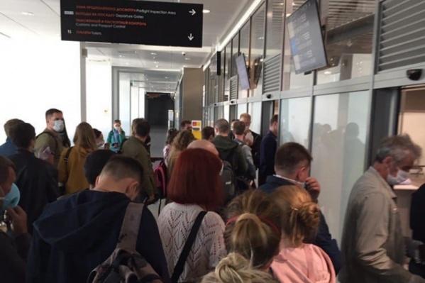 14 июня перед вылетом в аэропорту скопилась очередь в 300 человек