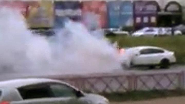 «И никто не остановился»: в Ярославле на дороге загорелся автомобиль