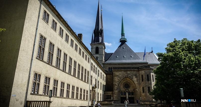 Это кафедральный собор Люксембургской богоматери, а напротив него — так называемая Золотая фрау — памятник люксембуржцам, погибшим в мировых войнах ХХ века