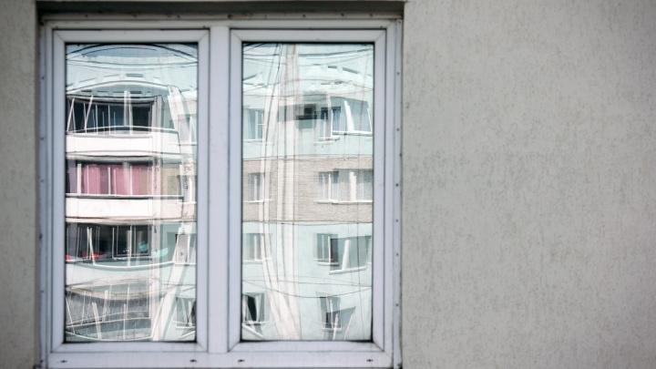 В Челябинске годовалый малыш и двухлетний ребёнок выпали из окон