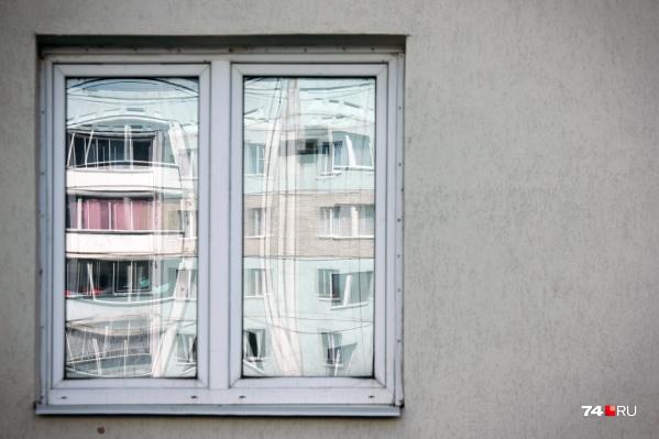 Во время аномальной жары южноуральцы практически не закрывают окна, и для детей это очень опасно