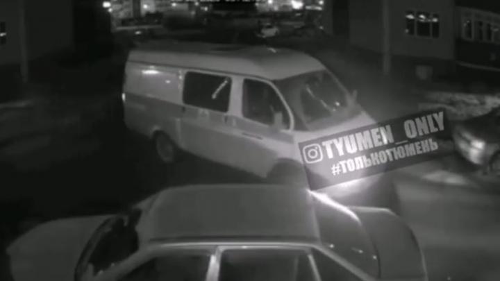 Тюменцы обсуждают видео, на котором якобы водитель скорой ворует бензин во дворе