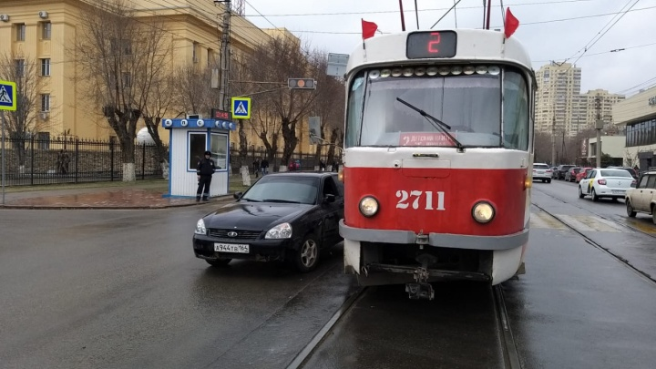 В Волгограде с разницей в 15 минут водители легковушек подбили трамвай и троллейбус
