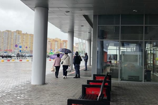 Читатель пишет, что людей не пускают в ТРЦ «Кристалл»