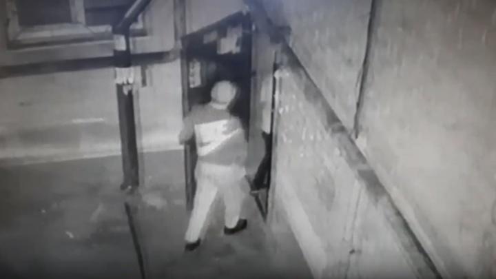 Студенты ворвались в общежитие в Волгограде, жестокого избили и ограбили мужчину