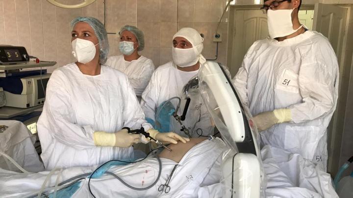 В Челябинске хирурги-онкологи провели первую на Урале операцию с участием робота