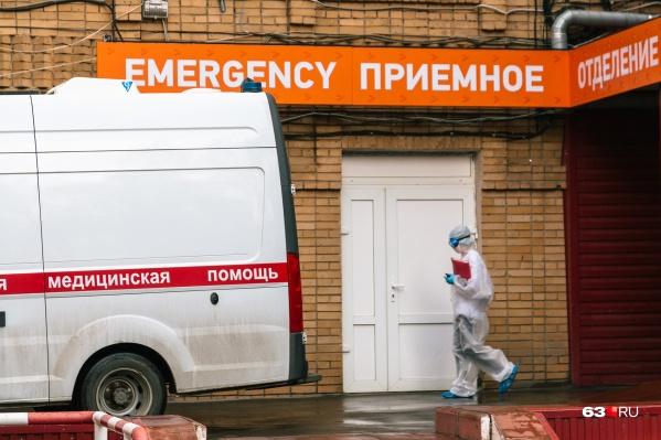 Пациентов с коронавирусом, которым нужна помощь медиков, отвозят в больницу врачи в защитных костюмах