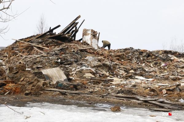 Разобранная деревяшка превратилась в груду мусора<br>