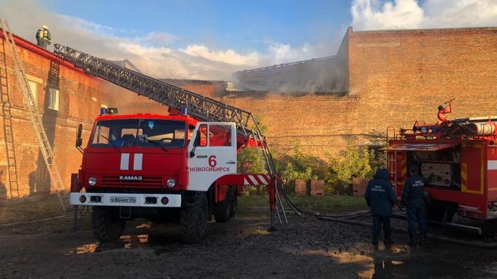 В Ленинском районе загорелась крыша производственного здания