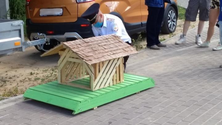 На Бору полицейские спустили на воду домик для уточек. Со всей серьёзностью