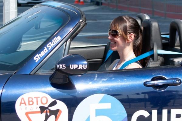 На конкурсе среди девушек-водителей всегда острая борьба