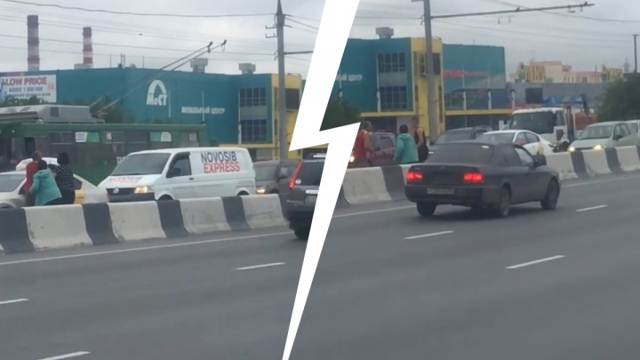 В Новосибирске двое водителей подрались после ДТП