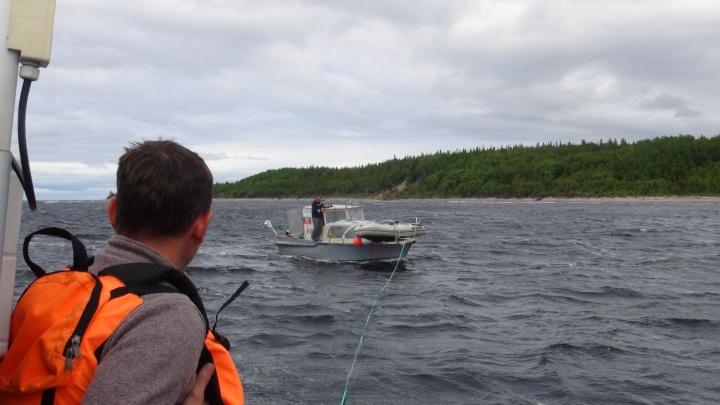 Сотрудники МЧС спасли отца с двумя детьми с дрейфующего в Белом море катера