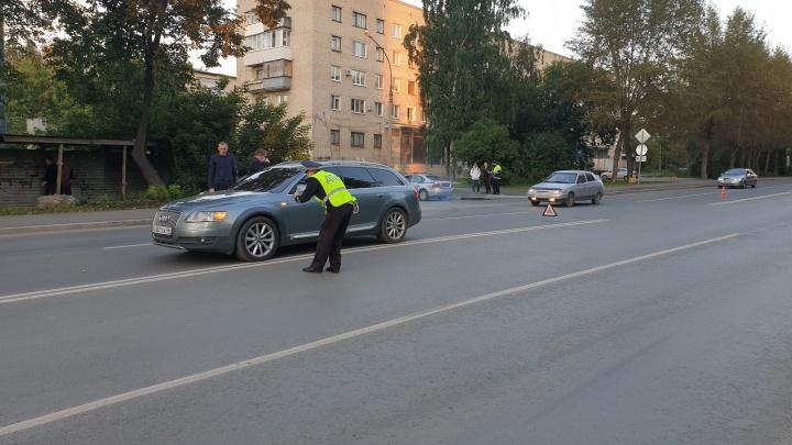 Решила сократить путь: в Екатеринбурге Audi сбила девятилетнюю девочку, перебегавшую дорогу