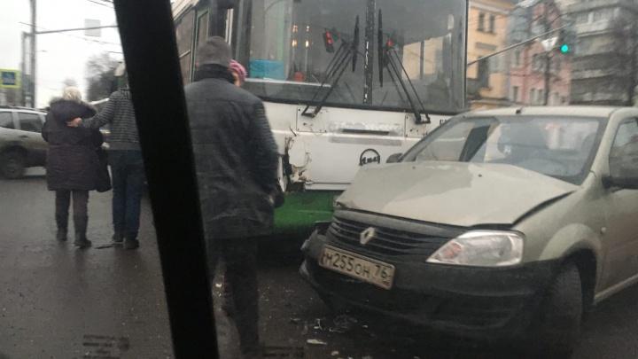 К месту аварии едут скорые: в центре Ярославля автобус с пассажирами протаранил легковушку