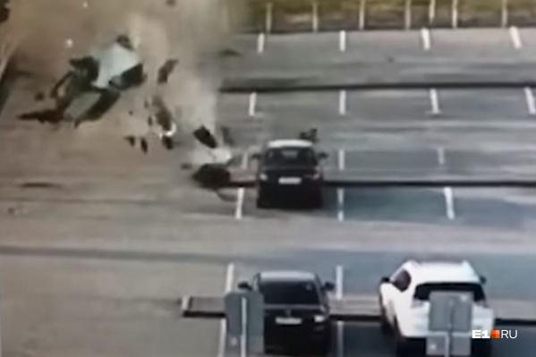 После полета машина превратилась в груду металла, но люди чудом остались живы