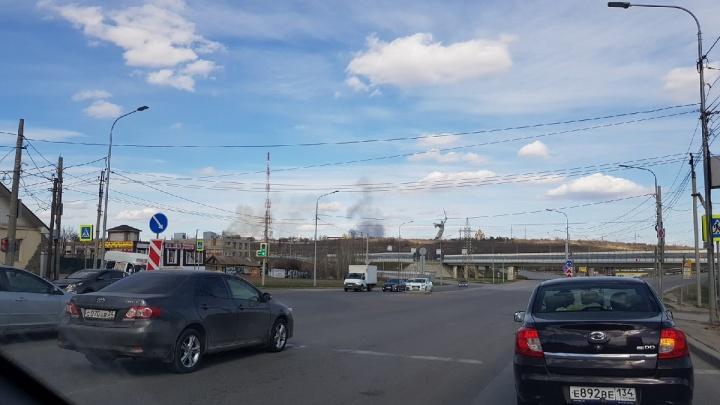 Крупный пожар тушат в балке на севере Волгограда