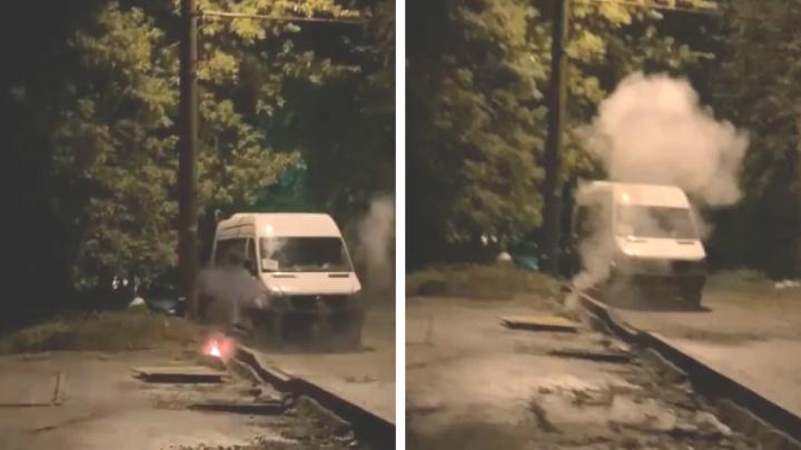 В Ярославле на тротуаре вспыхнули обнажившиеся из-под земли провода