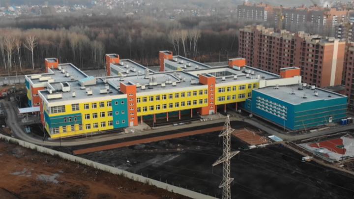 Самарец показал со всех сторон, как выглядит школа в Новой Самаре: видео