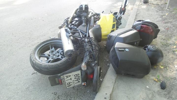 В Екатеринбурге мотоциклист на полной скорости влетел в «газель», которая поспешила повернуть