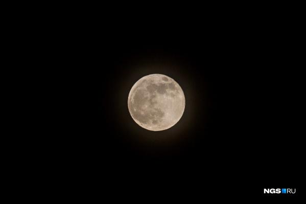 Луна будет выглядеть немного больше, чем обычно