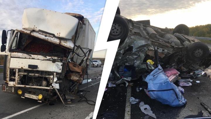 Уснул за рулем и выехал на встречку: на Урале микроавтобус столкнулся с грузовиком и перевернулся