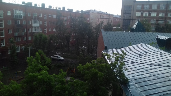 Сильный ветер и град задержатся в Омской области ещё на день